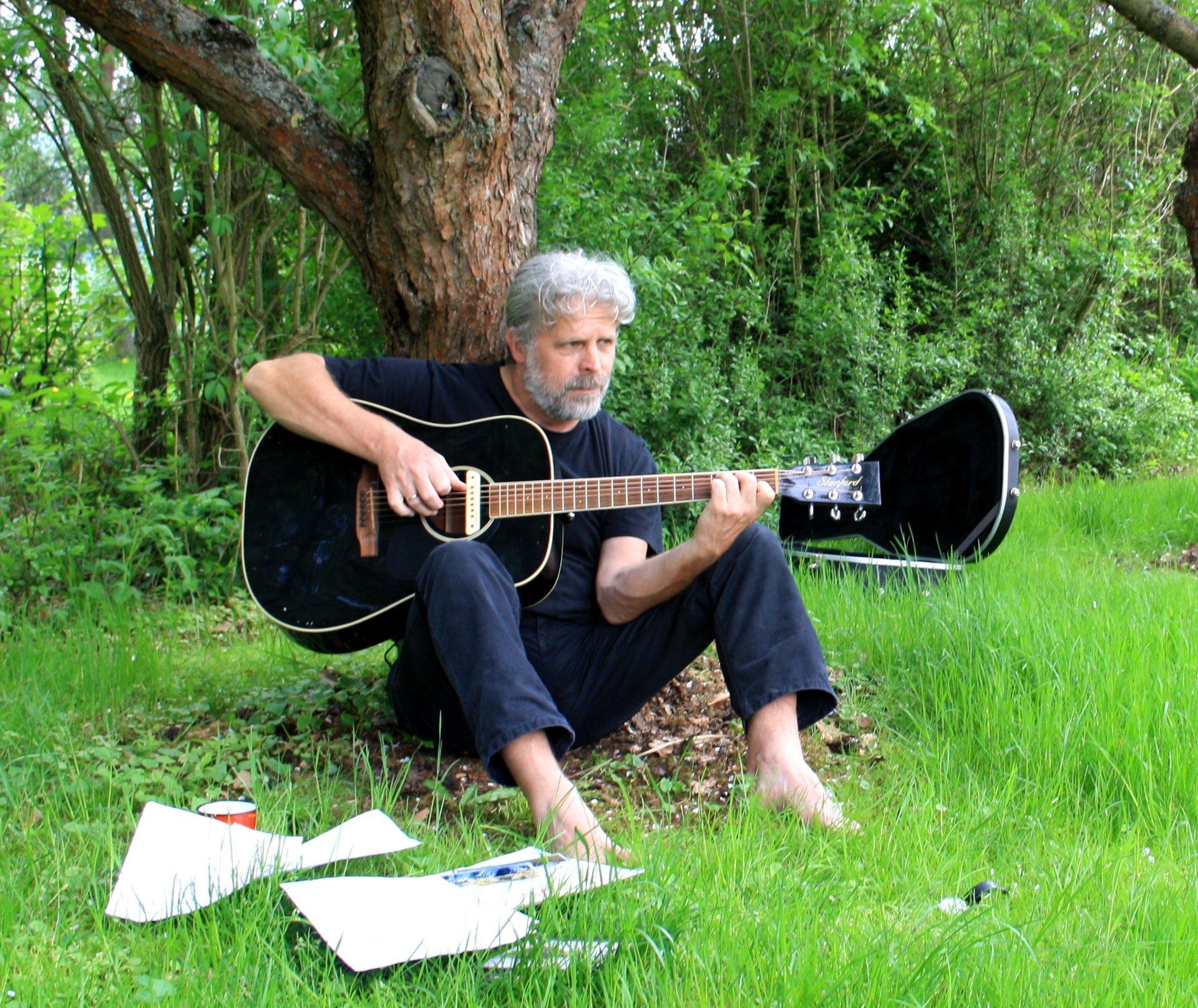 Klaus im Garten mit Gitarre